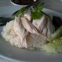 Photo taken at ลัคกี้ ข้าวมันไก่ เมืองทองธานี by Muai K. on 11/10/2012