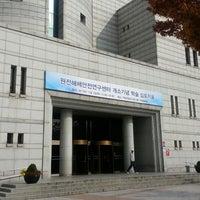 Photo taken at Hanyang Univ. 백남학술정보관 by Sang-Yoll K. on 11/5/2013