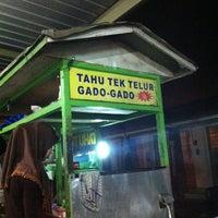 Photo taken at Tahu Tek Telur by Welidoank A. on 1/28/2013