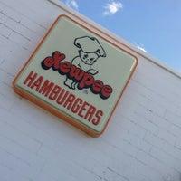 Photo taken at Kewpee Hamburgers by Shi💋 on 5/23/2014