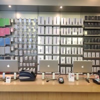 Photo taken at Apple 香港广场 by Lesyander on 4/29/2013