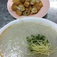 Photo taken at โจ๊กหมู-ไข่เยี่ยวม้า (เก๋-นิด) | ตลาดใหม่ by T🅰M🇹🇭 on 2/27/2016
