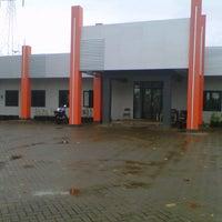 Photo taken at Kantor Pemasaran Perumahan Villa Mutiara by Genoi Y. on 2/17/2013