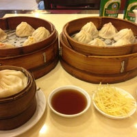 Photo taken at Nanxiang Steamed Bun Restaurant by Jd S. on 7/29/2013