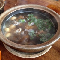 Photo taken at 顺发肉骨茶 by Calvin L. on 11/15/2012