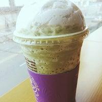 Photo taken at The Coffee Bean & Tea Leaf by Cheoloh N. on 3/24/2014