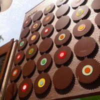 Photo taken at Sprinkles Cupcakes by Laura B. on 7/16/2013