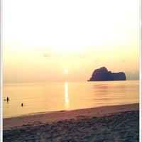 Photo taken at Koh Hai Fantasy Resort & Spa by Namphueng B. on 3/21/2012
