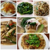 Photo taken at Singapore Kwetiaw Kerang & Seafood by Win S. on 8/21/2016
