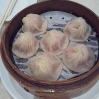 Photo taken at Ding Tai Fung Shanghai Dim Sum 鼎泰豐 by Chris on 2/16/2013