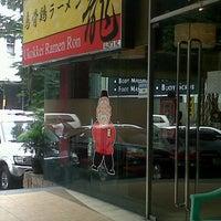 Photo taken at Ukokkei Ramen Ron by MnA L. on 10/11/2012