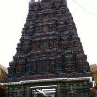 Photo taken at วัดพระศรีมหาอุมาเทวี (วัดแขก) Sri Mahamariamman Temple by c. B. on 11/7/2012