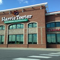 Photo taken at Harris Teeter by 🇷🇺🐝Natalia F🐝🇷🇺 on 11/13/2013