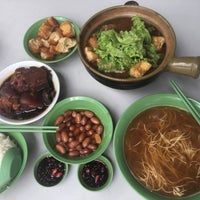 Photo taken at Hong Ji Claypot Bak Kut Teh 宏记药材肉骨茶 by Apple H. on 10/16/2016