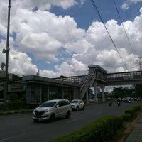 Photo taken at Halte TransJakarta Senayan JCC by Fujita N. on 10/1/2016