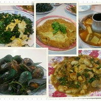 Photo taken at Rub Lom Seafood by Vicky S. on 8/21/2015