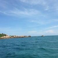 Photo taken at เกาะมันกลาง by Punsupa P. on 5/4/2014