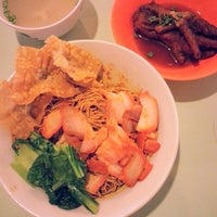 Photo taken at Pontian Wanton Noodles (笨珍云吞面) by Jeff F. on 9/14/2013