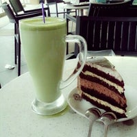 Photo taken at The Coffee Bean & Tea Leaf by Airdyham M. on 9/17/2012