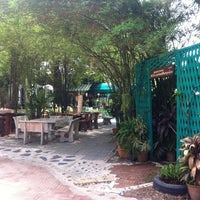 Photo taken at บ้านนาเตี่ย-สวนแม่บุญรอด กาแฟสด by Khing A. on 5/11/2013