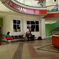 Photo taken at Fakultas kedokteran dan ilmu kesehatan untan by Dita Prillia R. on 10/10/2013