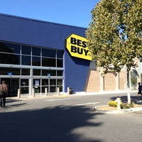 Photo taken at Best Buy by Kawagishi H. on 10/19/2012