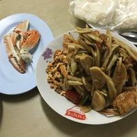 Photo taken at ส้มตำเจ๊ต่าย by Nitchakan F. on 1/1/2016