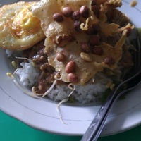 Photo taken at Pecel & Rawon Glintung Bu Yatirah by rinto d. on 2/3/2014
