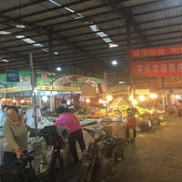 Photo taken at 玉泉路菜市场 by Anna W. on 9/9/2015