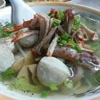 Photo taken at hủ tíu mì Tuyền Ký 泉記粉麵 by Mèo Á. on 9/25/2012