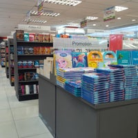 Photo taken at POPULAR Bookstore by Yuonnie M. on 4/9/2016