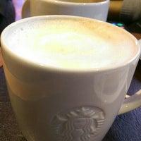 Das Foto wurde bei Starbucks von Stefanie B. am 12/5/2015 aufgenommen