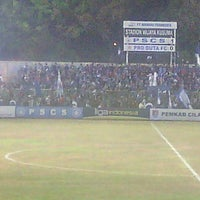 Photo taken at Stadion Wijayakusuma Cilacap by Bakso N. on 9/24/2014
