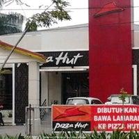 Photo taken at Pizza Hut by edya g. on 12/12/2015