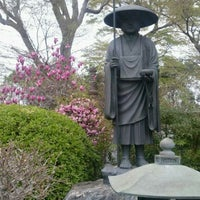 Photo taken at 東福寺 by Toshiro I. on 4/13/2012