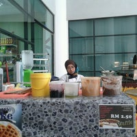 Photo taken at Caffe d'library @ UTHM by マイケルス コ. on 7/4/2012