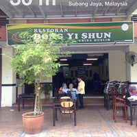 Photo taken at Restoran Dong Yi Shun by Rebecca S. on 2/2/2014