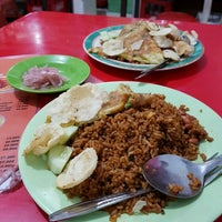 Photo taken at Mie Aceh Sigli Jaya by Syahriza H. on 10/24/2016