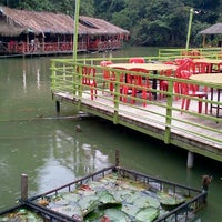 Photo taken at Veg Fish Farm Thai Restaurant (菜园酒家) by Jerry C. on 3/11/2012
