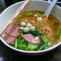 Photo taken at ฮัท(มาม่า) ปาก ระเบิด สาขา1 by NoOMayy* M. on 6/14/2012