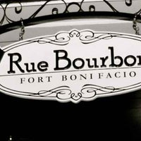 Photo taken at Rue Bourbon by ' Rafael Ry❦n A. on 5/27/2012