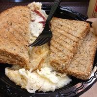 Foto tirada no(a) Gigi Cafe por Shawn L. em 3/22/2012