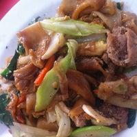 Photo taken at ป้าสำ ข้าวราดแกง/อาหารตามสั่ง by ♏oo ~ K. on 4/24/2012
