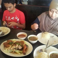 Photo taken at Restoran Nasi Ayam Gemas Mustafah by Yani A. on 1/20/2012