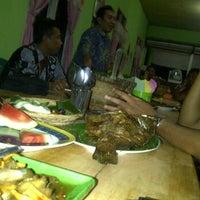 Photo taken at Pondok Lesehan Ikan Bakar Pemuda by Ernawan N. on 5/29/2012