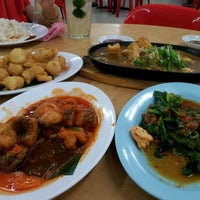 Photo taken at 旺角 Seafood Restaurant by Theen F. on 1/29/2012