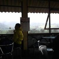 Photo taken at Trading House Kopi Sindoro Sumbing by Rijal M. on 7/16/2012