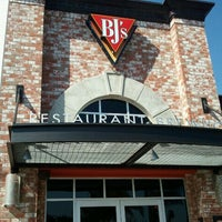 Photo taken at BJ's Restaurant and Brewhouse by ⓢⓤⓐⓝⓨ❤ on 9/22/2011