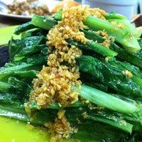Photo taken at Restoran Veng Soon Claypot Chicken Rice (永顺瓦煲鸡饭餐室) by Pearly Y. on 3/11/2011