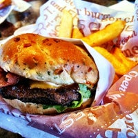 Photo taken at Red Robin Gourmet Burgers by Junior M. on 3/11/2012